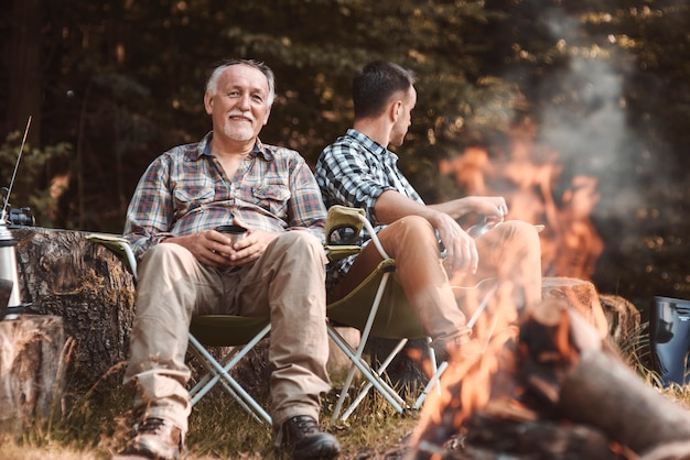 Acampamento com fogueira na floresta