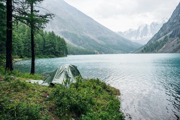 Acampamento na margem do lago alpino.