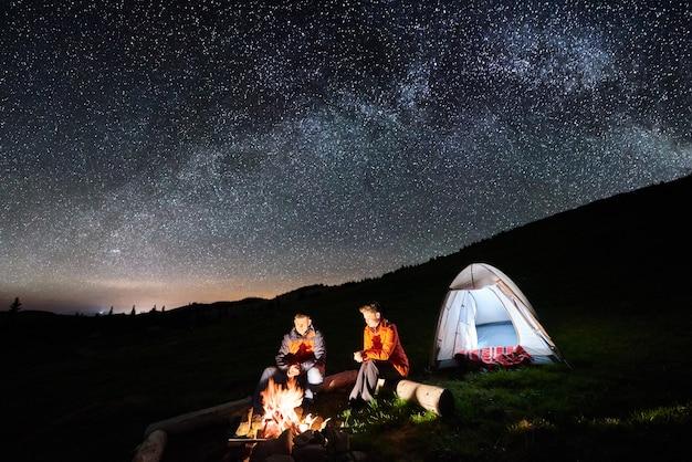Acampamento noturno nas montanhas