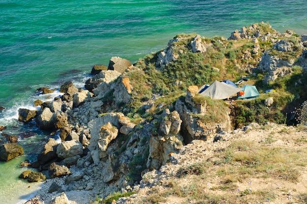 Acampamento turístico na costa rochosa