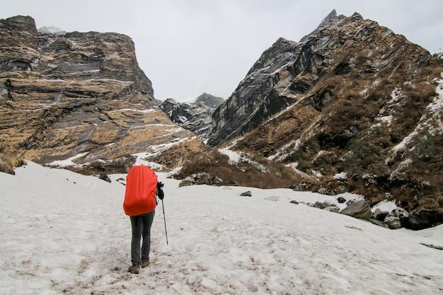 Acampando pessoas frio mochila de caminhada