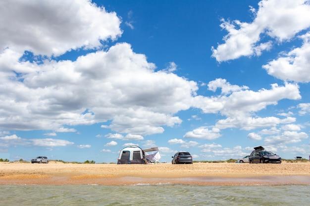 Acampar à beira-mar em uma praia de areia. atividades ao ar livre.