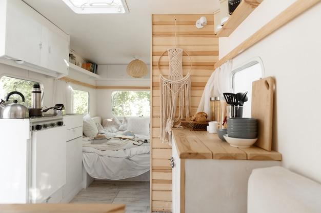 Acampar em um trailer, cozinha e quarto de trailer, ninguém. viagem de van, férias em autocaravana, equipamento para camping, veículo recreativo
