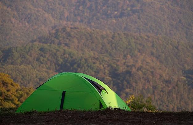 Acampar na floresta com a barraca no parque nacional de angkhang salaeng, província de chiangmai thailnad