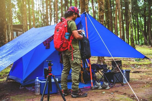 Acampar no no parque nacional doi intanon em tailândia.