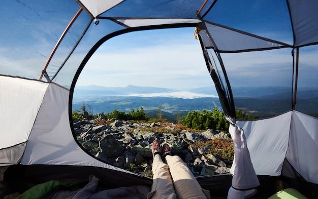 Acampar no topo da montanha na manhã de verão brilhante