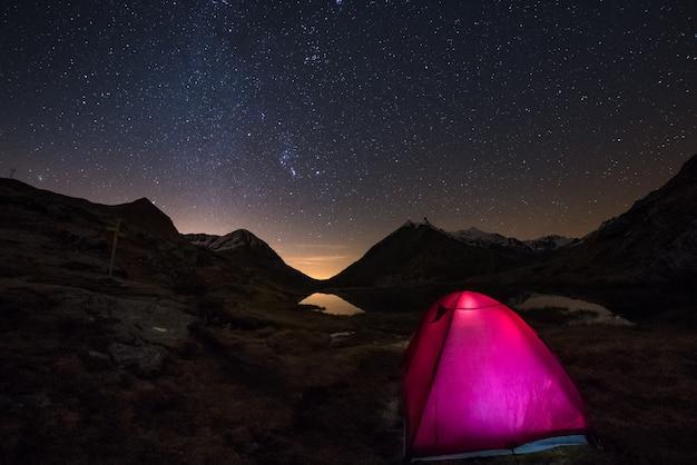Acampar sob o céu estrelado e arco de via láctea em alta altitude sobre os alpes franceses italianos