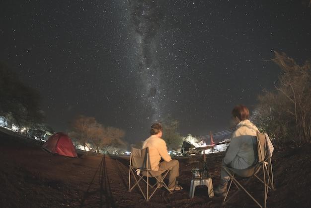 Acampar sob o céu estrelado e o arco da via láctea