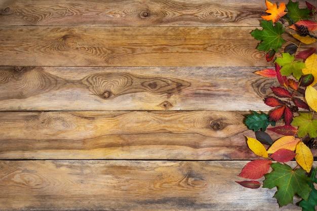 Ação de graças com folhas na mesa antiga