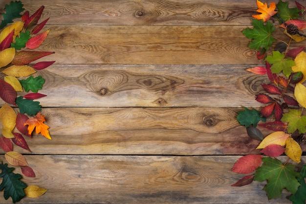 Ação de graças com folhas na mesa de madeira velha