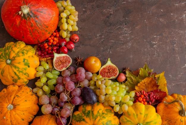 Ação de graças de composição de outono ou abóbora de frutas de conceito de halloween em um espaço de cópia de fundo marrom