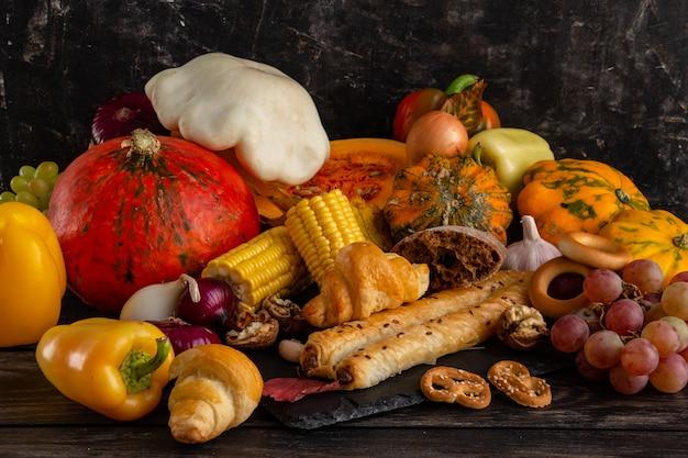 Ação de graças de outono composição ou conceito de halloween natureza morta com frutas abóbora vegetais bount ...