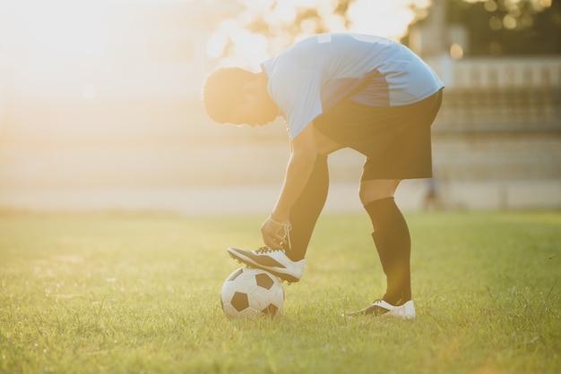 Ação do jogador de futebol no estádio