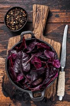 Acelga suíça ou salada mangold leafs em uma panela
