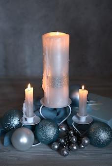 Acendendo velas e decorações de natal
