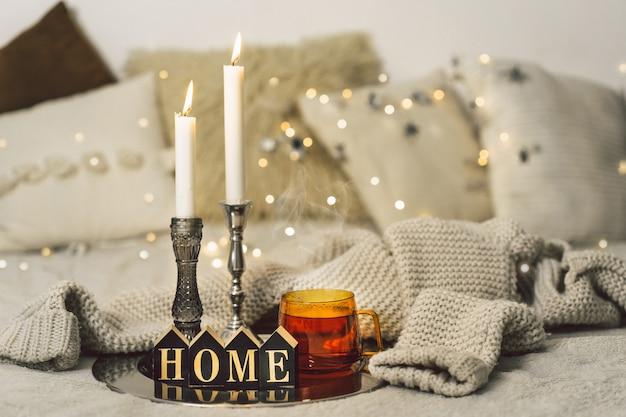 Acendendo velas e xícara de chá na sala de estar