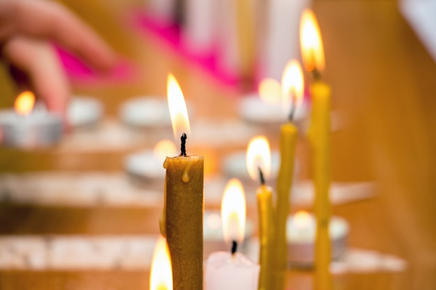 Acendendo velas em templos, feriados religiosos e tradições