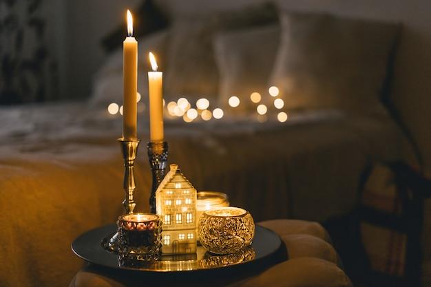 Acendendo velas na sala de estar