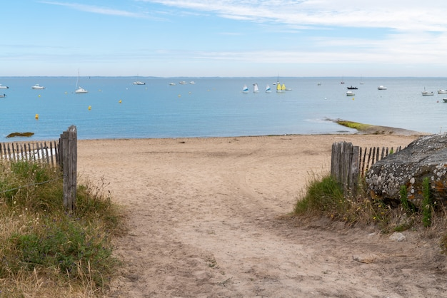 Acesso a caminho de areia na praia de dunas de areia em vendee, na ilha de noirmoutier, na frança