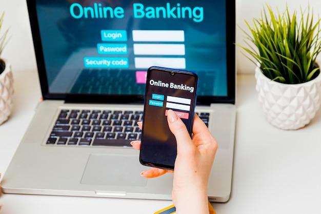 Acesso a operações bancárias via internet. mulher usando laptop para obter o pagamento na internet.