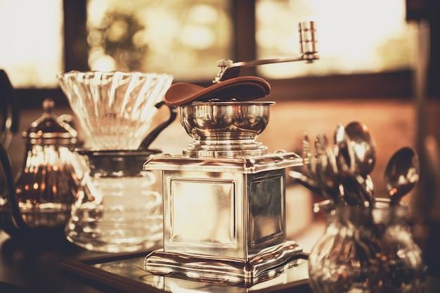 Acessório de café. moedor vintage e outros acessórios para o café em um estilo antigo