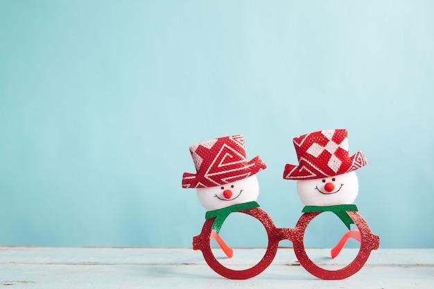 Acessório de festa de moda de natal em fundo de cor pastel com espaço de cópia
