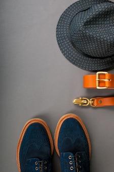 Acessório de homens, roupa. chapéu fedora preto, faixa marrom, sapatos de camurça