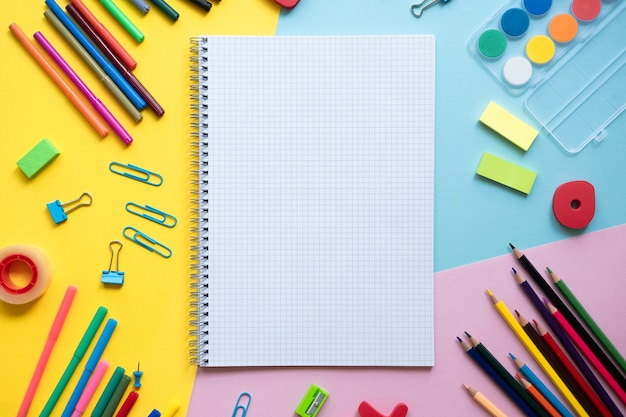 Acessório escolar com espaço para texto