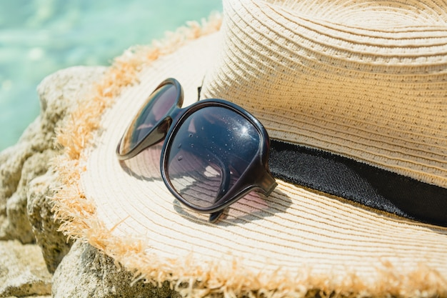 Acessório feminino, chapéu de palha, óculos. férias de verão. fechar-se.