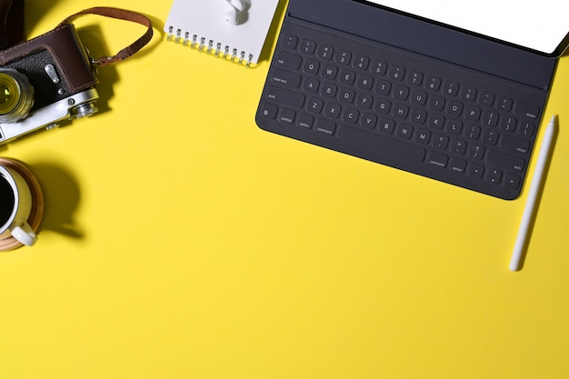 Acessório mínimo com implementação inovadora e câmera vintage na mesa de trabalho