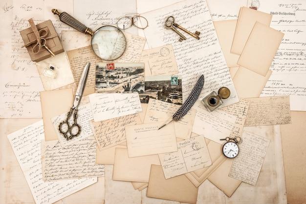 Acessórios antigos, cartas antigas e ferramentas de escrita vintage. fundo de papel sentimental nostálgico