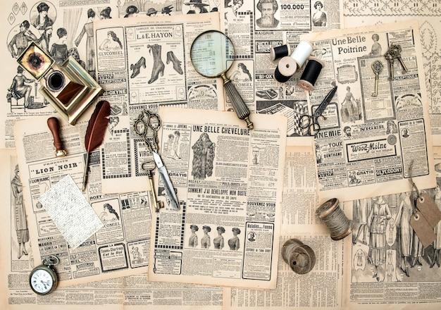 Acessórios antigos, ferramentas de costura e escrita, revista de moda vintage para a mulher com publicidade. imagem em tons de estilo retro