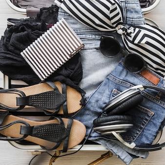 Acessórios da moda feminina na bolsa de viagem
