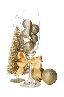 Acessórios de ano novo e taça de champanhe isolada no branco