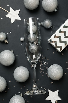 Acessórios de ano novo e taça de champanhe
