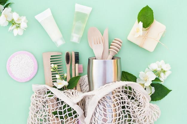 Acessórios de bambu e madeira para cozinha e banheiro em casa ecológica. desperdício zero. plástico grátis.