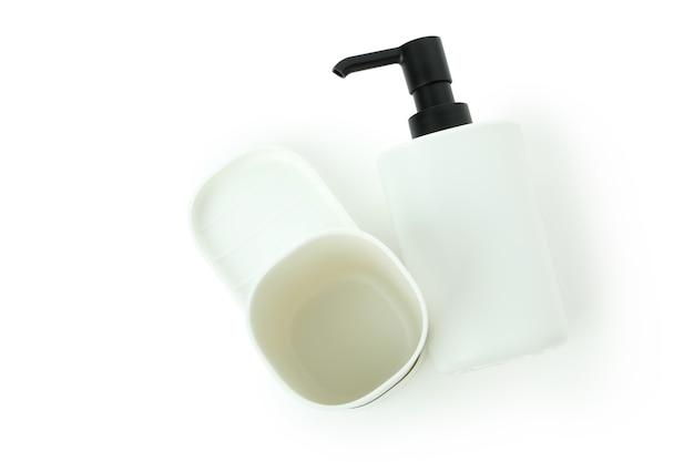 Acessórios de banheiro de plástico isolados no fundo branco
