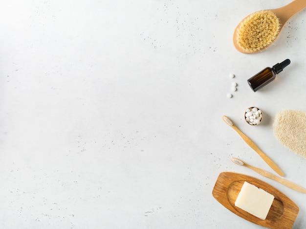 Acessórios de banheiro ecológico de madeira no fundo branco