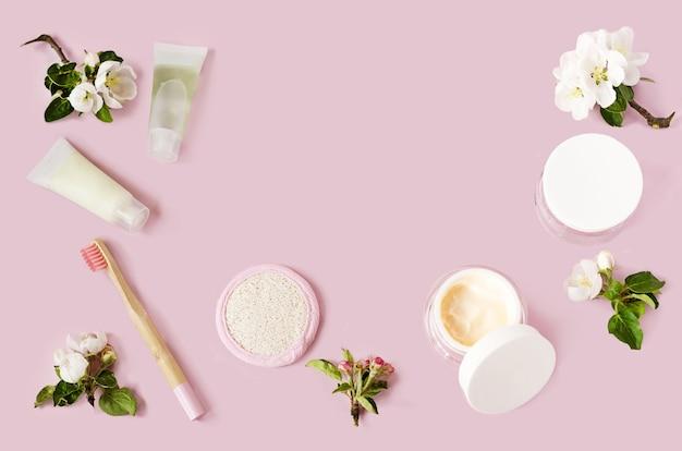 Acessórios de banheiro, escovas de dente de bambu, pasta de dente de ervas naturais, cosméticos para a pele em uma casa ecológica. desperdício zero.