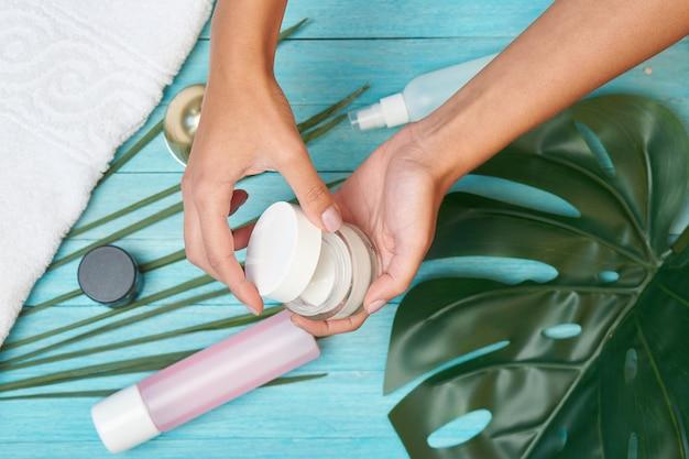 Acessórios de banho, cosméticos, sabonete, folhas verdes, azul, madeira.