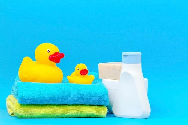 Acessórios de banho de bebê com patos de borracha amarelos