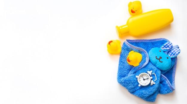 Acessórios de banho de bebê em um fundo branco. foco seletivo.
