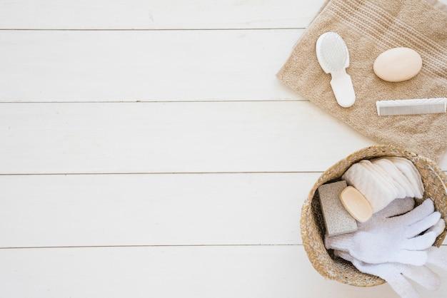 Acessórios de banho dispostos na mesa de madeira branca