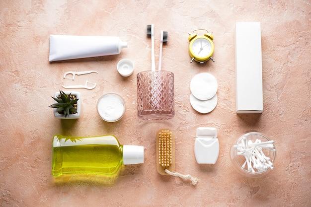 Acessórios de banho e cosméticos em bege