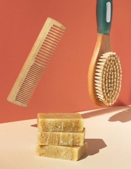 Acessórios de banho levitando no ar. conceito criativo de higiene.