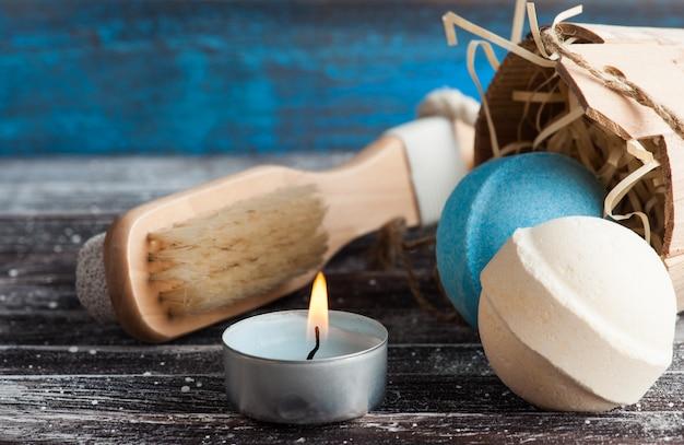 Acessórios de banho na mesa de madeira rústica