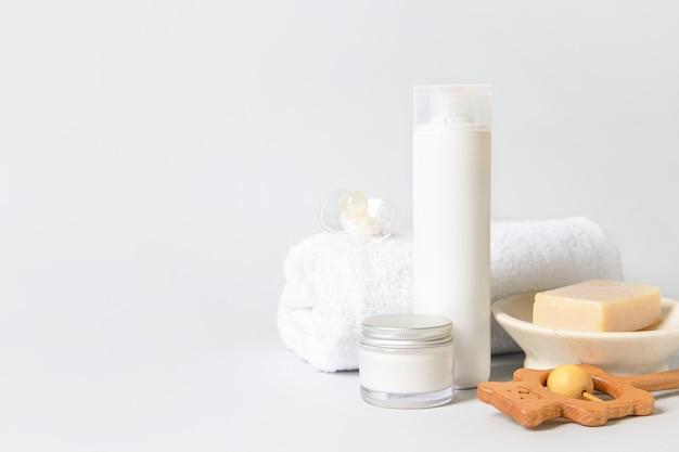 Acessórios de banho para bebê em fundo branco