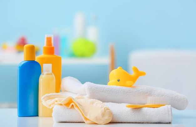 Acessórios de banho para bebê na mesa do banheiro, closeup