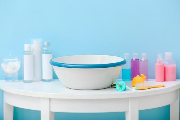 Acessórios de banho para bebê na mesa no fundo