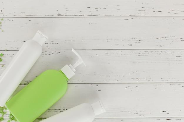 Acessórios de banho. shampoo, tubos de bálsamo. produtos de cuidados com a pele. cosmético de mulheres para o banho.